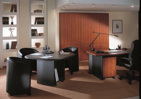 Un'armoniosa combinazione di forme, materiali e finiture consente la favorevole integrazione di tutti gli accorgimenti adottati, dando vita ad un ufficio piacevole da vivere.