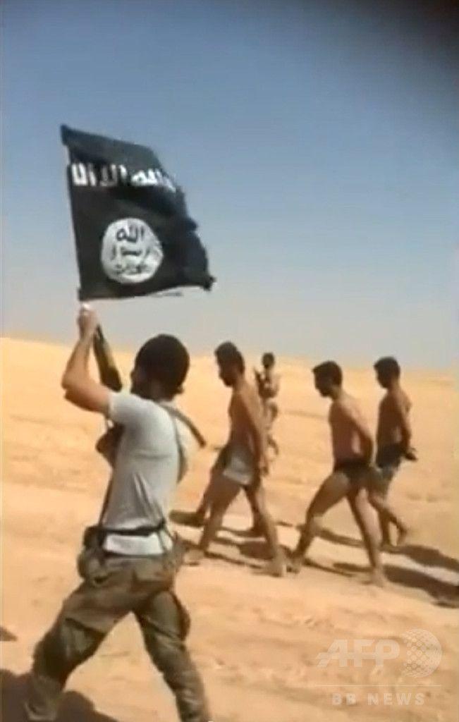 はだしで砂漠の道路を歩かせられる下着姿の若い男性たち。男性たちは2014年8月27日にシリアのラッカ(Raqa)県でイスラム教スンニ派(Sunni)の過激派組織「イスラム国(Islamic State、IS)」に処刑されたと伝えられている(ソーシャルネットワークに投稿された動画を2014年8月28日に撮影した写真)。(c)AFP/HO/YOUTUBE ▼2Sep2014AFP 「イスラム国がイラクで民族浄化」、アムネスティが報告書 http://www.afpbb.com/articles/-/3024762