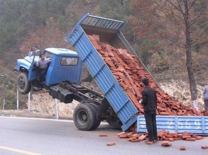 LKW verliert Ladung mit Ziegel