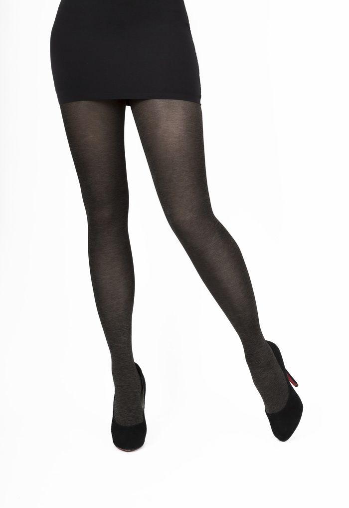 Deze modepanty van Marcmarcs heeft een subtiele glans en is licht doorschijnend. De huid van je benen is een klein beetje zichtbaar. De gemêleerde kleur zorgt voor de warme uitstraling. Gemêleerde panty's laten zich makkelijk combineren, je kunt ze zowel zakelijk als stoer dragen.  Deze panty is ook geschikt voor mensen met lange benen.