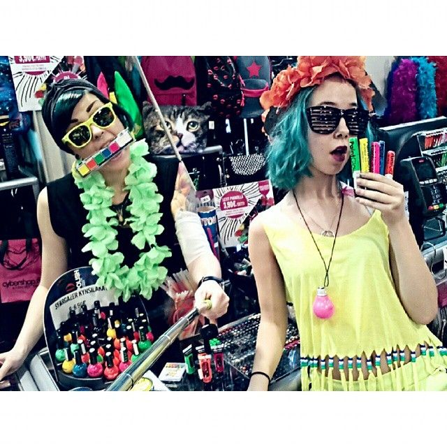 Bileisiin menijöitä? #party #uv #neon #neonparty #neonpaint #fluorescent #colourful #bright #flower #necklace #sunglasses #nailpolish #lei #havingfun #style #hairmascara #haircolour #bluehair #turquoisehair #selfiestick #tattoo #tattooedgirls #ink #inkedgirls #cybershopkamppi #cybershop #kamppi