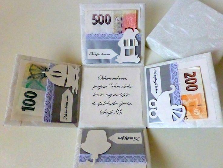 Krabička na peniažky pre novomanželov Darčeková papierová krabička určená na to, ako originálne a vtipne darovať peniaze pre mladomanželov. Krabička môže slúžiť aj na iné príležitosti ako napr. krstiny, narodeniny a pod. Motív (svadba, krstiny, narodeniny) a text vo vnútri krabičky prispôsobím podľa Vašich potrieb a želaní :) !!! Tovar zasielam po úhrade !!!