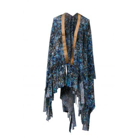Poncho de tela estampada en color azul, con flecos en los bajos y detalles de pasamanería en color dorado en la franja frontal.