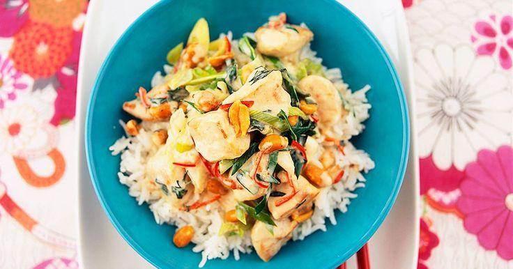 Asiatisk kyckling i kokosmjölk kryddad med citrongräs, vitlök, fisksås och chili. Thaibasilikan kan bytas ut mot koriander.