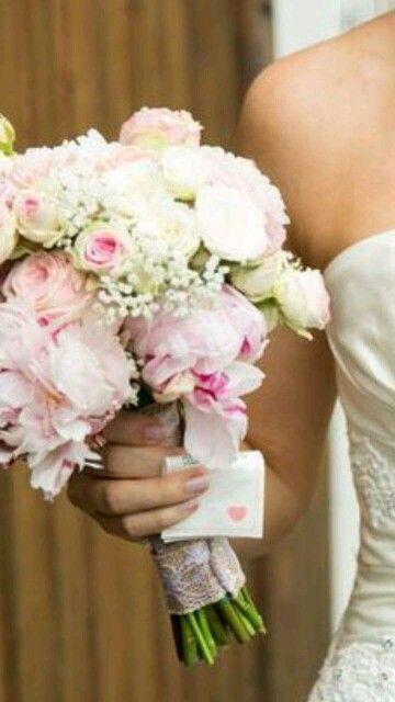 Brautstrauß mit Pfingstrosen, Rosen und Schleierkraut