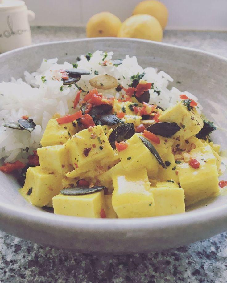 Tofu-curry med ris Recept; 1 paket tofu,tärningar 1 gul lök, finhackad 1 tsk gurkmeja 2-3 tsk gul curry 1 röd chili, hackad 1 grönsaksbuljong-tärning 1-2 vitlök, pressade 3 dl havregrädde,Oatly 1 krm paprikapulver Vitpeppar Svartpeppar Ev salt