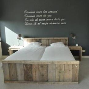 Zo'n grijze muur wil ik in onze slaapkamer! Hele mooie kleur <3