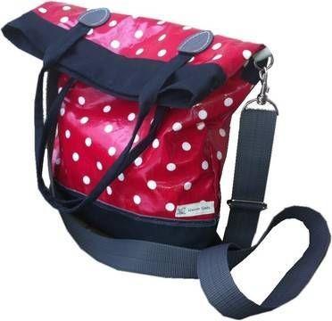Mit dieser bebilderten und leicht verständlichen Nähanleitung inkl. Schnittmuster ist diese praktische Tasche schnell genäht. Durch den langen, verstellbaren und abnehmbaren Schultergurt kann sie entweder als Crossover, über der Schulter oder als Handtasche/Shopper getragen werden. Durch das großzügige Maß (36 cm breit, 49cm hoch) kann alles verstaut werden, was mit muss: großer Ordner, Bücher etc. Und bei weniger Last knickt sich der Taschenrand einfach um. Dann misst die Tasche eine ...