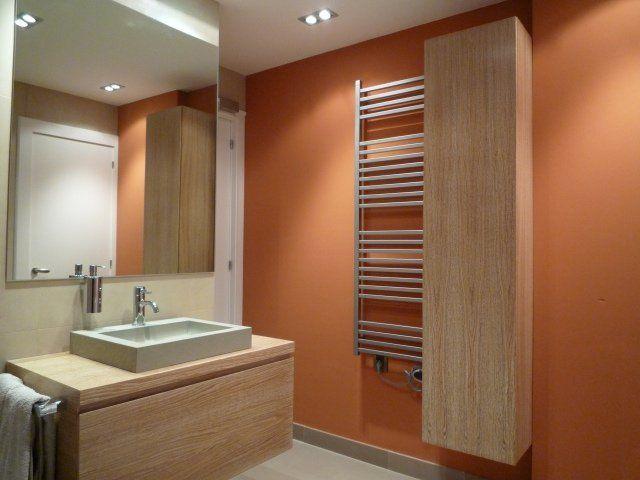 peinture pour salle de bain en orange chaud et des accents en bois