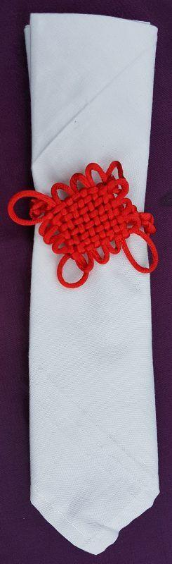 Anel Para Guardanapo Nó Sem Fim em Seda Vermelho  Acompanha Guardanapo de algodão.  Medidas do Nó Sem Fim: 7 x 7 cm.