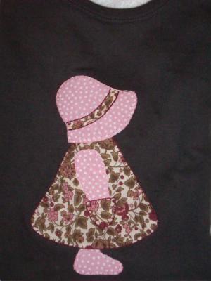 camiseta con muñeca rosa y marrón  tela lisa y estampada,fliselina,hilo de bordar patchwork,aplicación