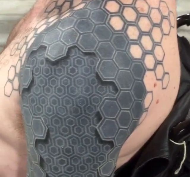 A mind-bending 3D tattoo by Tony Booth appears to turn this man's arm into a machine.