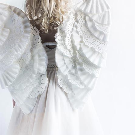 Hoy os proponemos un disfraz angelical: alitas blancas hechas de la manera más sencilla. Con ellas, las niñas triunfarán en cualquier fiesta y no querrán quitár