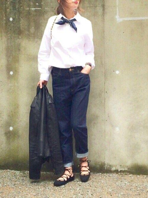 白シャツ・バンダナ・レースアップシューズ:   IENAのバンダナを襟元に♡ マニッシュな雰囲気とレディーな足元の バランスが絶妙な着こなし