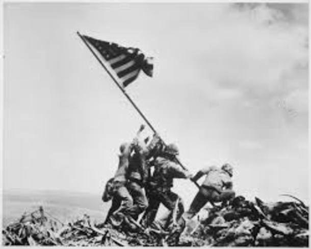 Após um mês de combates, que deixaram 6.800 americanos e 21.000 japoneses mortos, em 1945, soldados americanos capturaram o Monte Suribachi em Iwo Jima, uma ilha vulcânica que impedia o avanço das forças aliadas até o Japão. Uma bandeira americana logo foi hasteada, mas o comandante pediu uma bandeira maior, em parte para encorajar as tropas e também para desmoralizar o adversário Foto: Joe Rosenthal