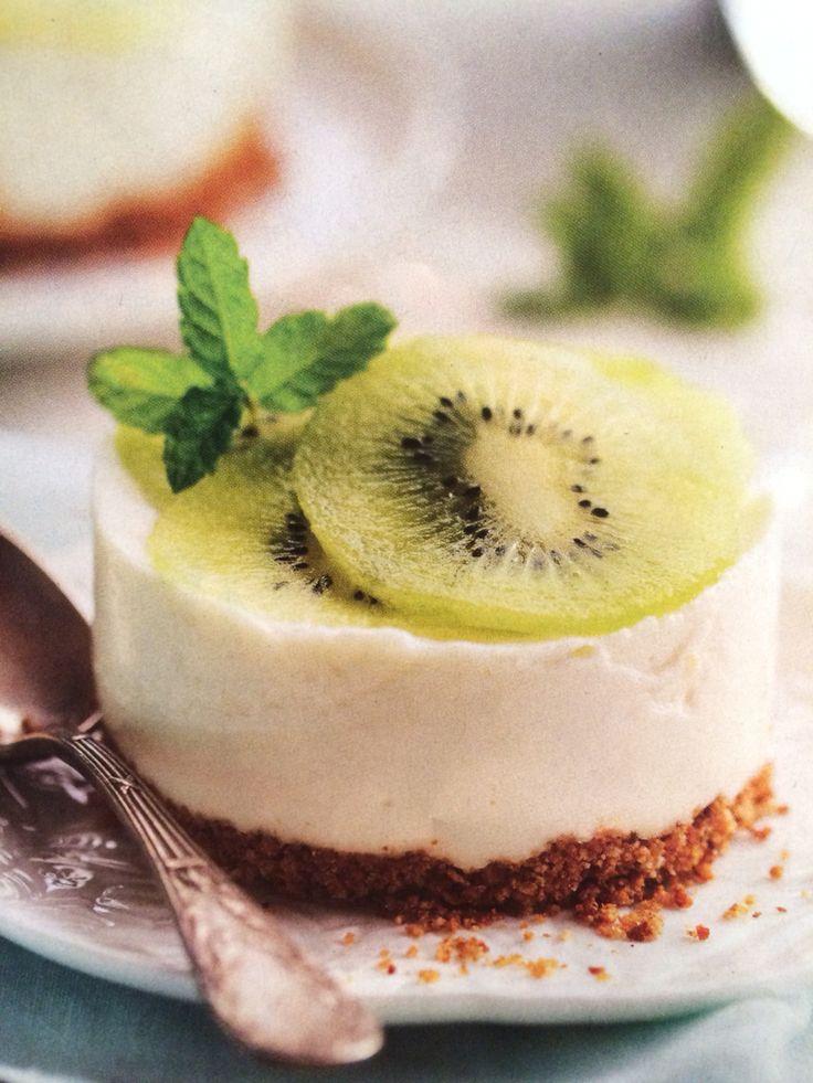 Pastelitos de queso y kiwi   Ingredientes -250gr queso 0% untar -225gr requesón -3 hojas gelatina -5 cucharadas leche -70gr azúcar -25gr mantequilla -5 digestive  Hacer mezcla de galletas y mantequilla,30min ❄️. Remojar gelatina 5min en agua fría y disolverla en lea leche bien caliente.Batir queso de untar,requesón y azúcar.Mezclar con la leche,colocar en moldes y dejar 6h ❄️. Desmoldar y decorar con fruta y unas hojitas de menta.