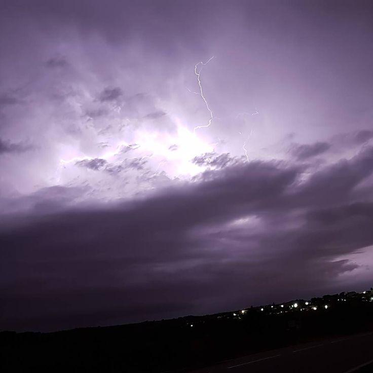 Tormenta eléctrica... ahora  #nofilter #sinfiltro #storm #lightning #sky #night #bolt #thunder #relampago #rayo #noche #nubes #clouds #tormenta #cielo #madrid #spain #instagood #instagram #insta