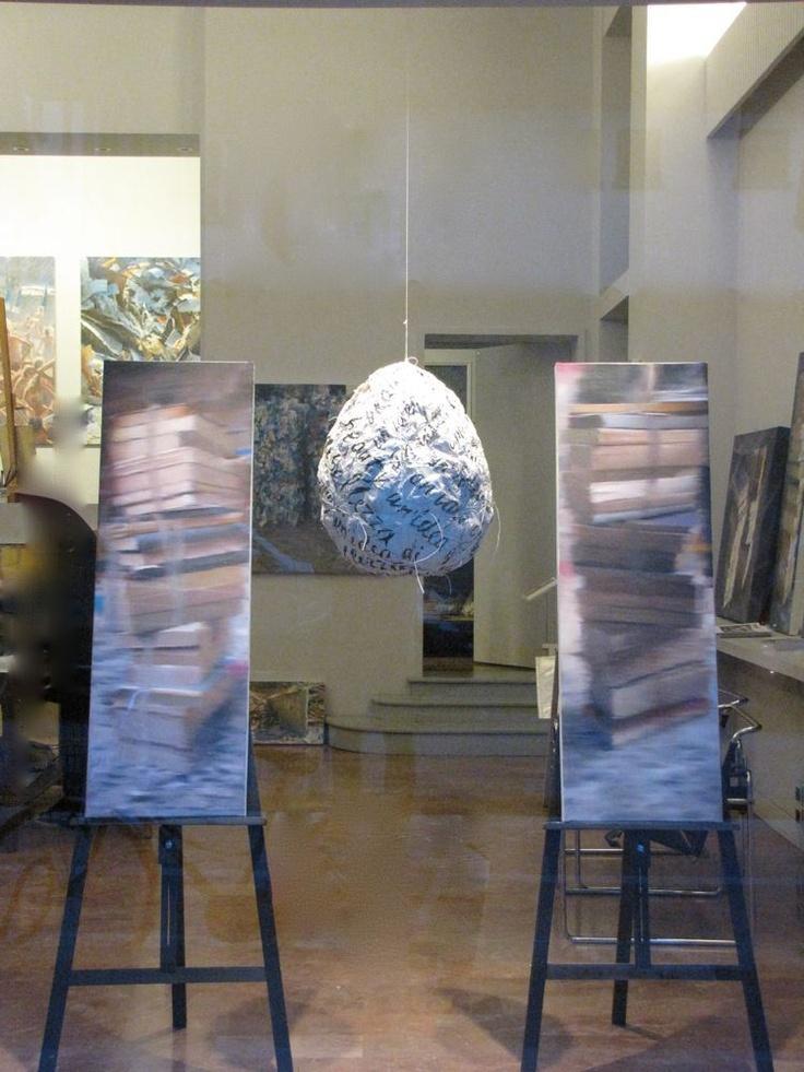"""""""Ovone"""" Installazione da vetrina al 166a. Carta, spago, acrilico, tele e cavalletti."""