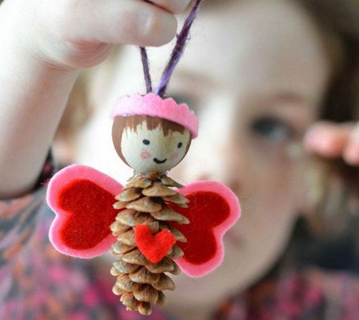 Aujourd'hui`hui, nous avons le plaisir de vous donner 55 idées bricolage enfants et adultes avec des pommes de pin. Installez-vous confortablement, pour pui