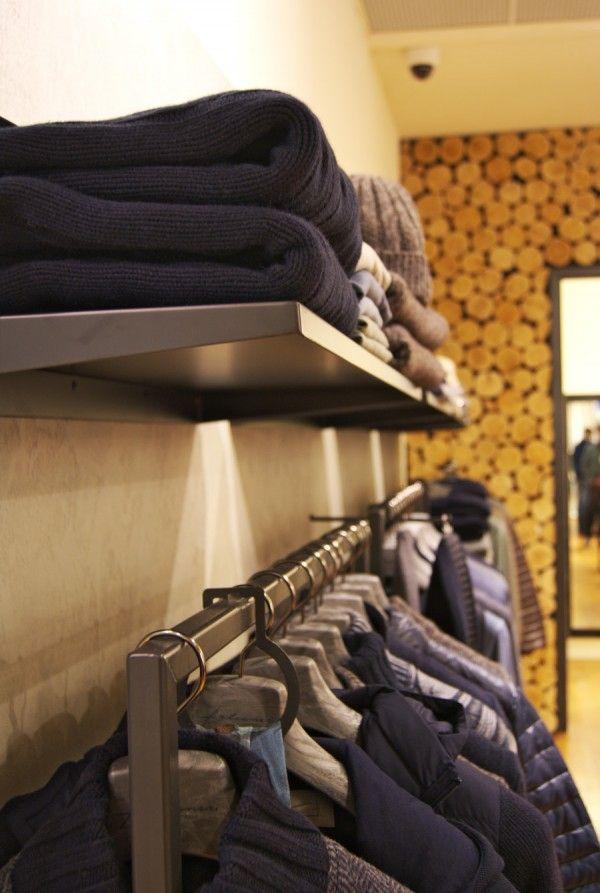 Mensole ed elementi in acciaio per una catena di negozi nell'ambito moda.