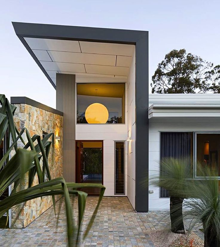 What an entrance. Beautiful work by @alli_smith_studio15b - Scyon Axon vertical cladding can be seen alongside horizontal Stria and Matrix which steals the show from above. Stone and timber complement and complete the picture. Nice work! #australianarchitecture #architecture #exterior #exteriordesign #scyonwalls