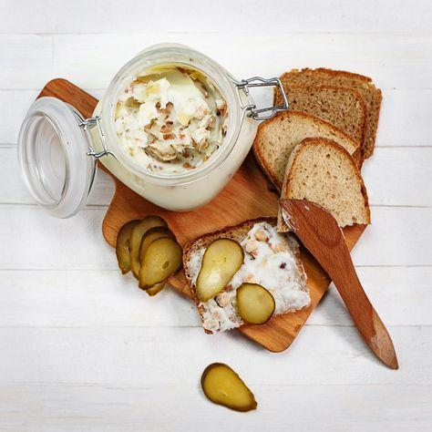 Domowy smalec - smalec ze skwarkami, cebulą i jabłkiem. Przepis na wytapianie słoniny i smalec do chleba.