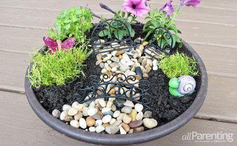 Para montar um jardim de fadas você pode utilizar os elementos que você quiser e com o estilo que você quiser. E como esta peça de decoração tem muito em