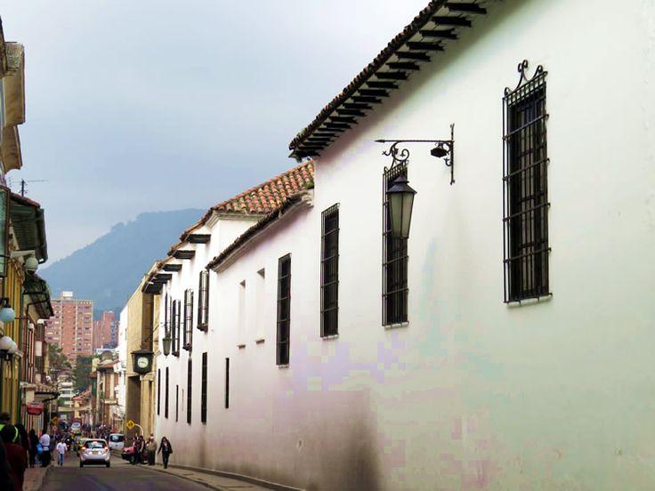 21. Arquitectura de las casas en las cuadras aledañas a la Plaza de Bolívar: http://www.tuhotelbogota.co/category/plaza-de-bolivar/