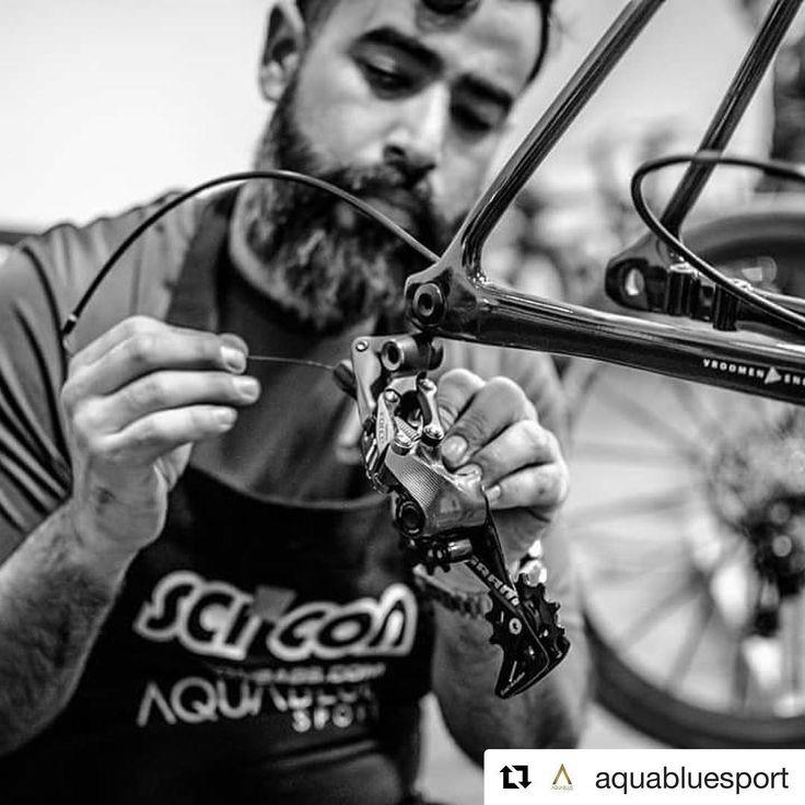EN CONSTRUCCIÓN  - - - Detalle del montaje de la revolucionaria @3tbike STRADA por parte de los mecánicos del equipo ciclista profesional @aquabluesport.  #Ciclismo #Cycling #PROCycling #Strada #3TBike #3TCycling #Mechanics #RoadBike #PornBike #UnderConstruction #InProgress : @aquabluesport