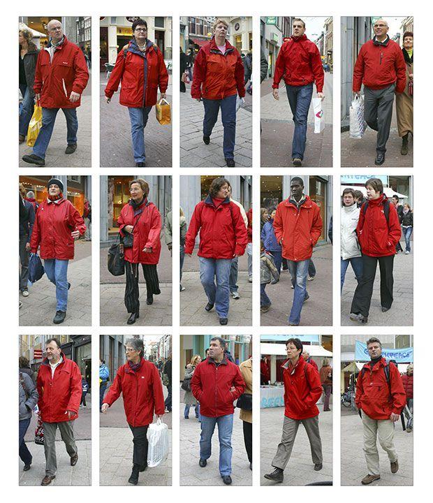 Grid 15 pessoas diferentes, no mesmo local, vestindo casacos vermelhos. Parte da série Photo Notes, de Hans Eijkelboom. Confira: http://www.jornaldafotografia.com.br/noticias/galeria-fotospot-lanca-serie-photo-note-de-hans-eijkelboom-brasil/