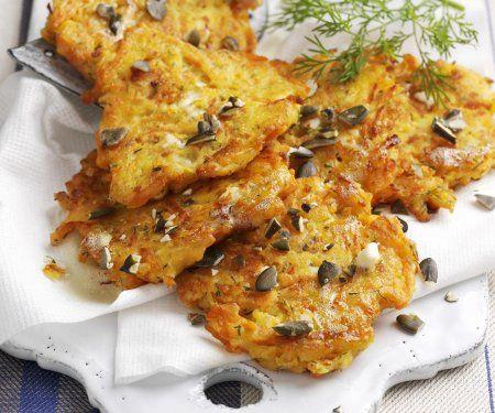 Rezept: Kürbispuffer - Kartoffelpuffer mal anders | Zeit: 50 Minuten - 454 kcal | http://eatsmarter.de/rezepte/kuerbispuffer