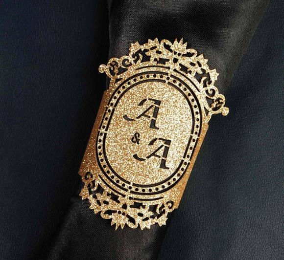 Anel porta-guardanapo feito em couro sintético dourado light. Pode ser personalizado com símbolos ou monogramas recortados a laser.