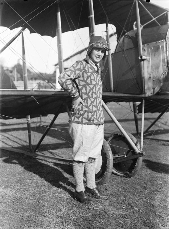 "In 1927 Maria de Lourdes de Sá Teixeira, was the first Portuguese women to take the ""brevet"" of pilot in the Aviation School at the estate of the Marquis in Sintra. http://restosdecoleccao.blogspot.pt/search/label/Aviação"