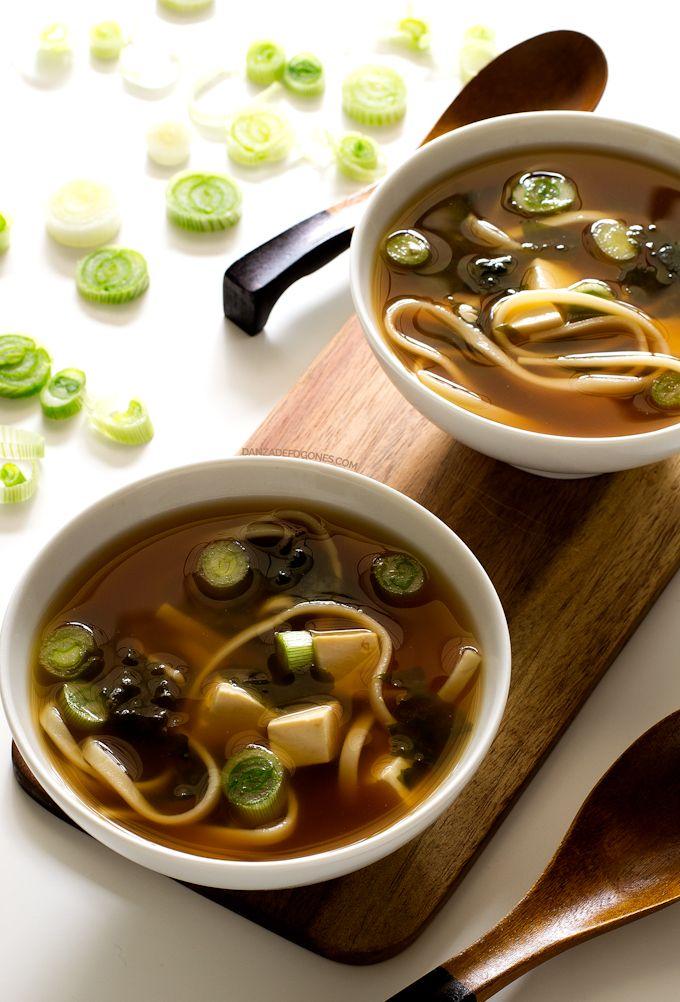 Esta sopa miso vegana se prepara en 15 minutos, es ligera, sana, sabrosa y muy reconfortante, ¡es la cena perfecta!