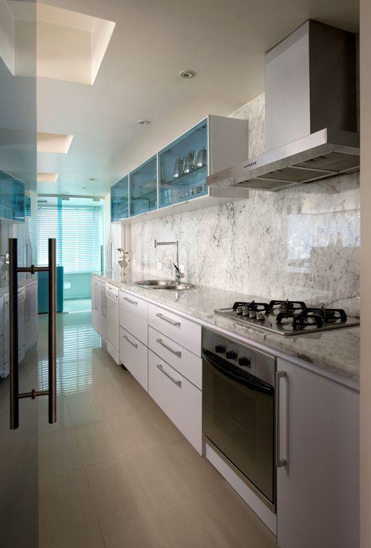 Las vetas de las paredes marmolizadas le dan un aire de distinción a esta #cocina lineal.