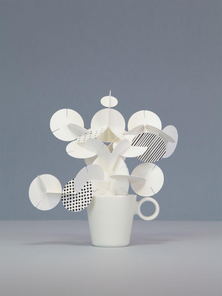 La magia dell'immagine è da sempre il tema centrale delle opere di Kensuke Koike; Foam è una piccola ma intensa edizione di una scultura realizzata dall'artista giapponese, classe 1980 in esclusiva per De Longhi.  Kensuke Koike ha creato una tazza in ceramica dalla quale fuoriesce una schiuma di carta realizzata con la tecnica del Pop up, come in un Mobile di Calder, Foam muove l'anima e fa vivere la tazza creando un'immagine unica, lasciandoci stupiti e rapiti dall'incanto dell'immagine.