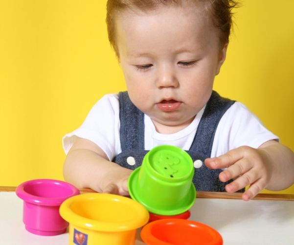 """Der eine schnappt sich Mamas oder Papas Hand und zieht, bis derjenige endlich mit ins Kinderzimmer kommt oder sie rufen schon """"Mama, tomm, Ball"""". Spielen ist angesagt. Super. Aber nicht schon wieder der Ball. Und auch nicht das immer gleiche Bilderbuch vom Bären und dem Ball. Abwechslung gefällig? Hier kommt Neues für Euren Spielspaß mit 9 - 12 Monate alten Babys."""