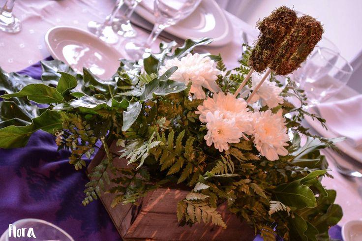 centros de mesa / cajones de madera y flores naturales / números forrados con musgo