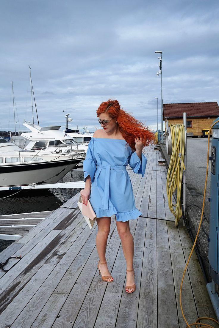 niebieska sukienka z odkrytymi ramionami i falbaną