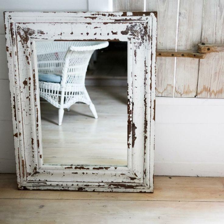 espejo de estilo retro con marco despintado