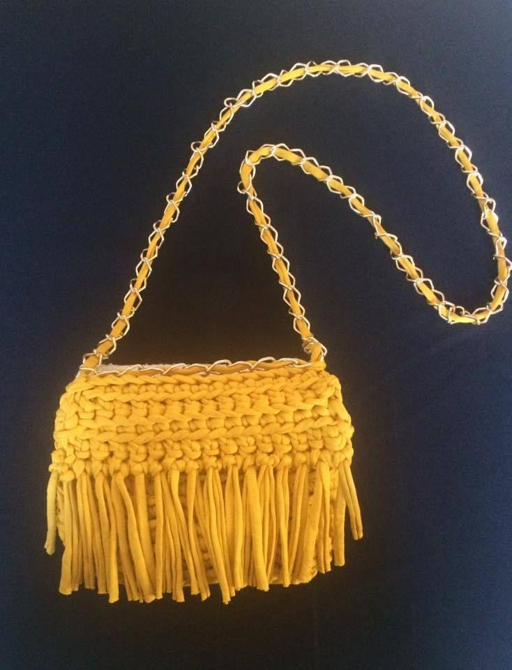 Bolso con flecos en mostaza y cadena dorada
