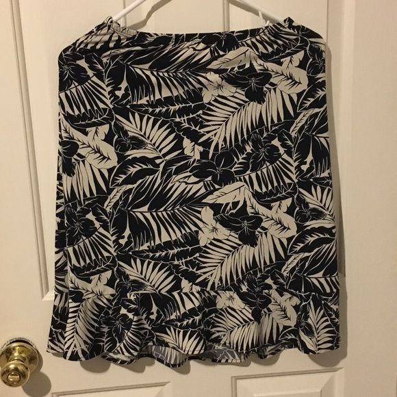 Beautiful euc bcbgmaxazria skirt Beautiful skirt! Perfect for work or after hours party. Has elastic waistband and a little bit of a Ruffled hem BCBGMaxAzria Skirts Midi