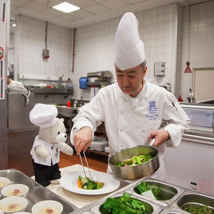 Inspection time! Laledan Restaurant's chef Hüseyin Ulaş is under the lens, from the color of the vegetables to plate decoration, Chef Teddy is watching! #ChefTeddy