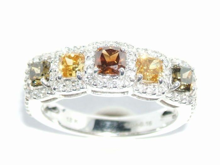 Witgouden ring met diamant edelstenen 1.39crt  Prachtige ongedragen ring met diamanten. Lage reserve prijs.Deze ring is gemaakt van 18kt witgoud en ingezet met maar liefst 1.39crt aan diamant.Ringmaat 52 / US 6.Meer details:18kt goud 3.86 gramOngedragen ring perfecte staat.5 diamanten van totaal 1.04crt2 olijfgroene diamanten2 oranje/gele diamant1 cognac rode diamantGemiddelde kwaliteit SI180 witte diamantjes totaal 0.35crtKleur F/G VVS/VS1 topkwaliteitDe diamanten zijn niet behandeld of…