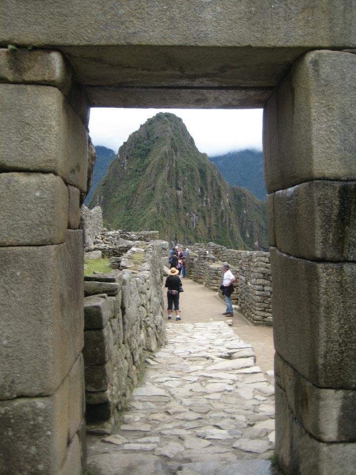 La puerta de entrada a Machu Picchu y  Wayna Picchu de fondo