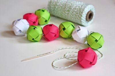Woven Paper Ball Garland - Tutorial link in the post. I'm going to make one with brown paper bags and red ribbon for next year's tree.