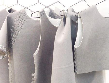 Zelf je kleding lazeren. Post-Couture is een collectief die zich inzet voor een alternatief modesysteem, waarom moet kleding steeds goed koper en willen we steeds iets nieuws? Dus ontwierpen ze zes iconische mode-items die je zelf kunt maken met hedendaagse technologieën.