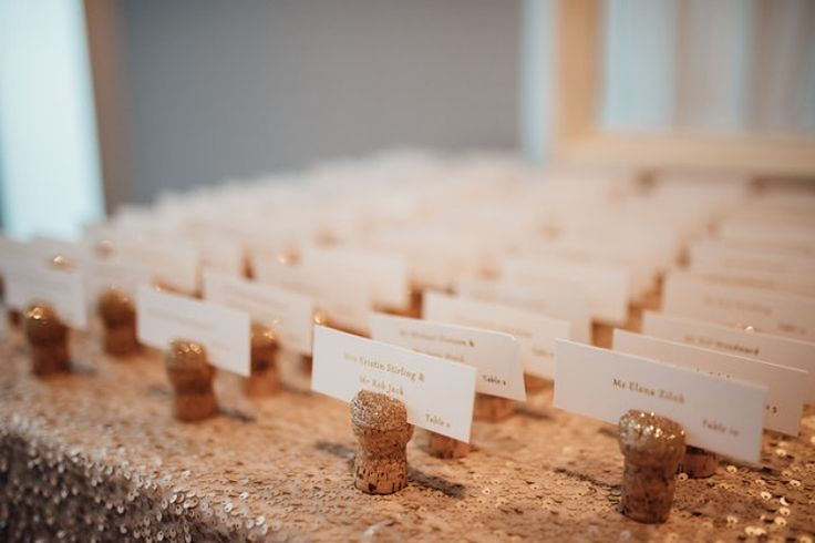 Wedding Cork escort cards, gold foil, DIY Escort cards with gold foil and corks Unique wedding ideas Gold wedding decor DIY Escort cards
