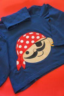 Mundo Mariquilla ha creado un nuevo modelo de camiseta que os va a encantar. Esta vez nos hemos acordado de los nenes de la casa a los que también les gusta lucirse. Y como a ellos les encantan las aventuras, este pirata hará que vivan sus aventuras en cualquier lugar. La novedad de la camiseta es que está pintada..., sí, sí habéis leído bien, P-I-N-T-A-D-A. Hemos combinado la pintura con una colorida tela roja que adorna la cabeza del pirata.