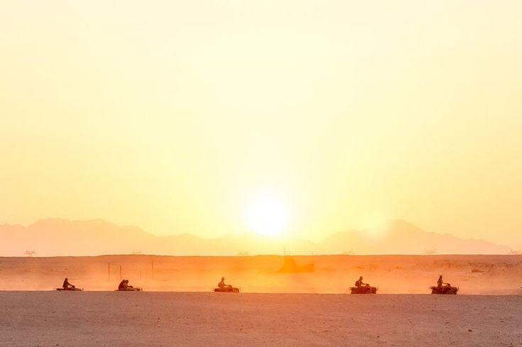 Quad safari in de woestijn in Egypte, bij zonsondergang. Mooier wordt het bijna niet!